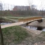 Kupos upės krantinių ir slėnio tvarkymas Kupiškio mieste. Pėsčiųjų tiltas su takais. Rangovas UAB NODAMA